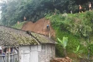 Tebing 8 Meter Longsor, Timpa 2 Rumah dan Lukai 8 Orang