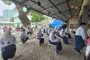Cegah Klaster PTM, Siswa dan Guru SMP di Surabaya Swab RT-PCR Massal