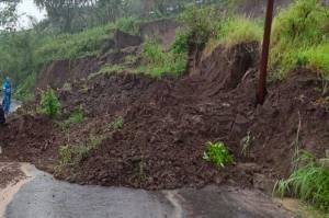Tanah Longsor Tutup Jalur Alternatif Magelang-Temanggung