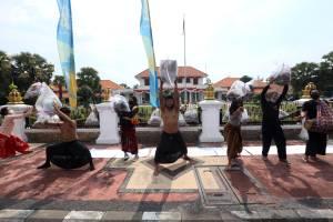 Seniman Kirimi Pemprov Jawa Timur Parsel Lebaran Plastik