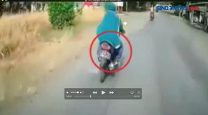 Melaju Dengan Motor Seenaknya, Seorang Perempuan Hampir Menabrak