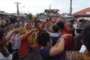 Emak-emak di Medan Terlibat Bentrokan Gara-gara Penutupan Jalan
