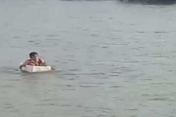 Kenakan Seragam Bocah SD di Ogan Komering Ilir Nekat Arungi Sungai dengan Styrofoam