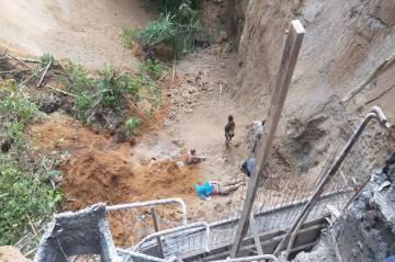Proyek Penahan Tebing Longsor, 1 Pekerja Tewas 1 Luka Parah dan 3 Hilang
