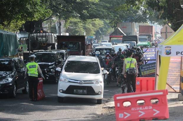 4 Mobil Travel Angkut Pemudik Tertangkap di Pos PSBB Malang Raya