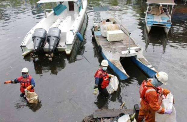 Gerak Cepat Pertamina Tanggulangi Tumpahan Minyak di Pesisir Pantai Makassar