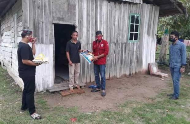 Red Gank Sinjai Bagikan 80 Paket Sembako ke Warga Terdampak Corona