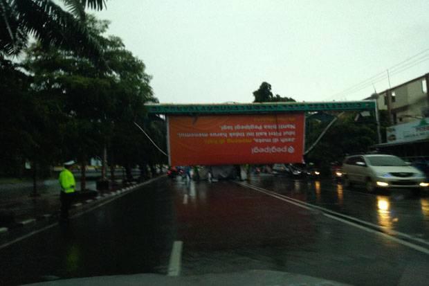 Angin Kencang Selama 2 Jam, Baliho dan Pohon Tumbang di Palembang