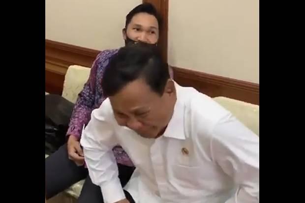 Aksi Lucu Menhan Prabowo Kerjai Aspri yang Tertidur saat Rapat