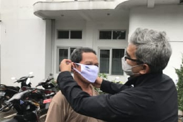 Prihatin Kasus COVID-19 Melonjak, M Farhan Bagikan 40.000 Masker di Bandung-Cimahi