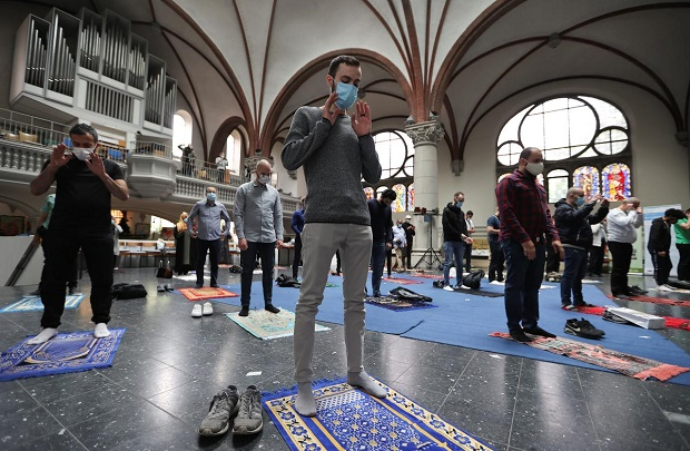 Terapkan Social Distancing, Muslim Sholat Jumat di Gereja Berlin