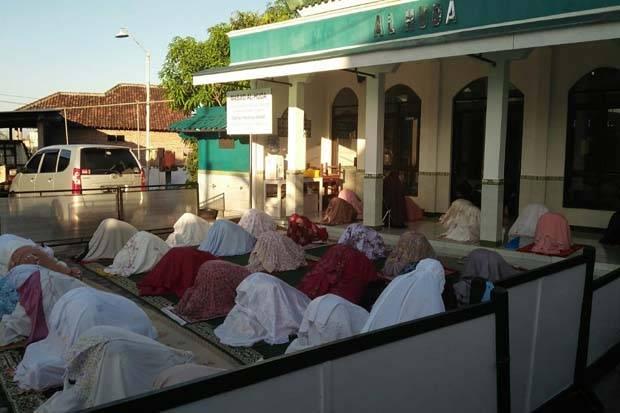 Salat Id di Masjid Al Huda Sleman: Pakai Masker, Tanpa Salaman
