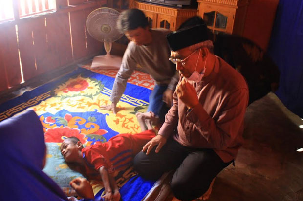 Bupati Lutim Kunjungi Rumah Warganya yang Menderita Lumpuh Layu