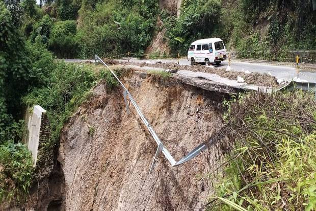 Longsor, Jalan Nasional Pematangsiantar-Parapat Menuju Toba Terancam Putus