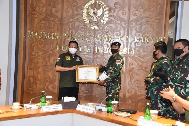 Gunakan THR untuk Bantu Nelayan, Ketua MPR Apresiasi Dua Prajurit TNI AL