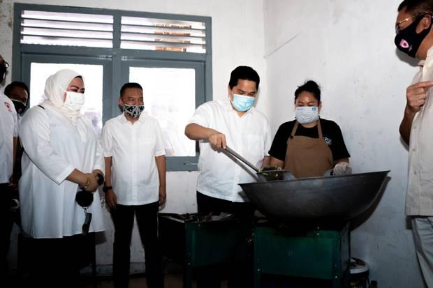 Erick Thohir dan Satgas Covid DPR Kunjungi Posko Masak Bersama