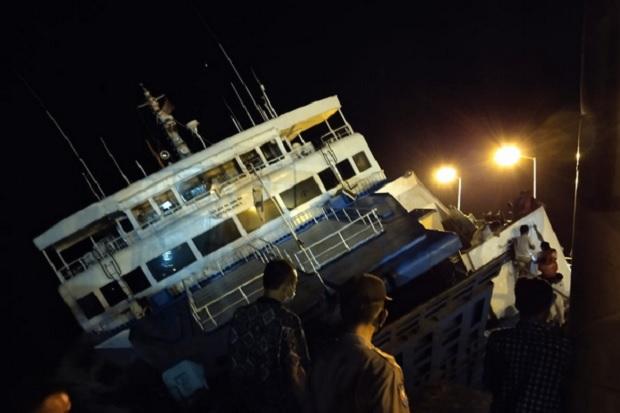 KM Dharma Rucitra Bocor dan Nyaris Tenggelam di Pelabuhan Padangbai Bali