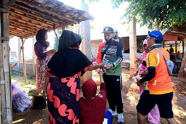 Gowes Ke Sendang Sikucing, Ketua DPRD Bagikan Masker