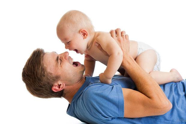 Untuk Para Ayah : Rajin-rajinlah Gendong Anakmu agar Ia Tumbuh Ceria dan Cerdas