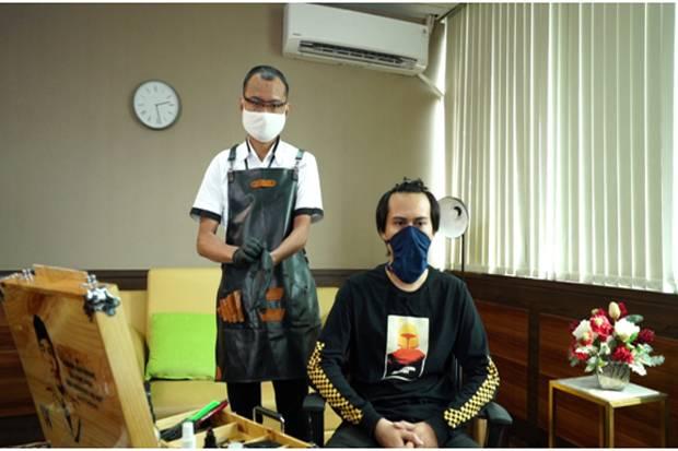 Mekanik Banting Setir Menjadi Tukang Cukur Online