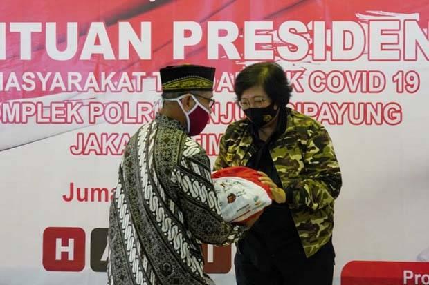 Serahkan Bansos di Kompleks Polri, Siti Nurbaya Bangga Jadi Anak Polisi