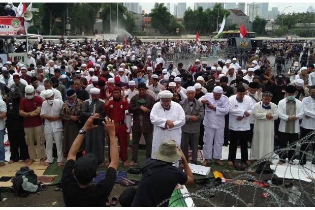 Azan Berkumandang, Demonstran Salat Zuhur Berjamaah di Depan Gedung DPR