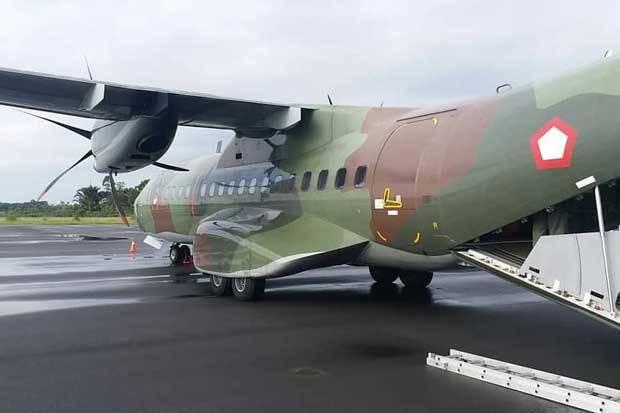 TNI AU Kerahkan Pesawat CN-295 dan Helikopter Caracal Kirim 30 Drum Bahan Bakar