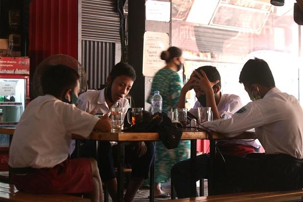 Tak Miliki Biaya Beli Paket, Siswa SMP di Surabaya Sekolah di Warkop