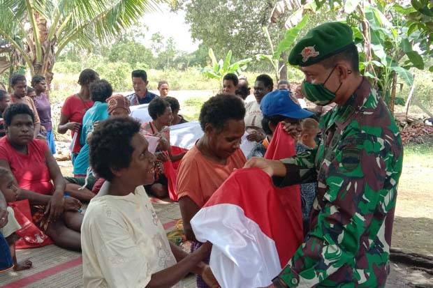 Tanam Cinta Tanah Air, TNI Bagikan Bendera Merah Putih di Perbatasan Papua