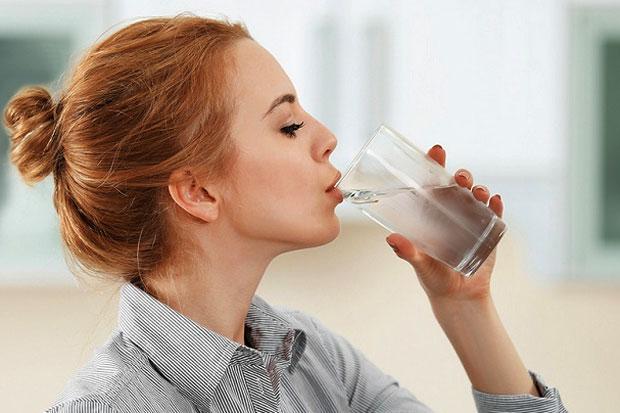Minum Dua Gelas Air Putih Saat Bangun Pagi, Otomatis Langsing Loh