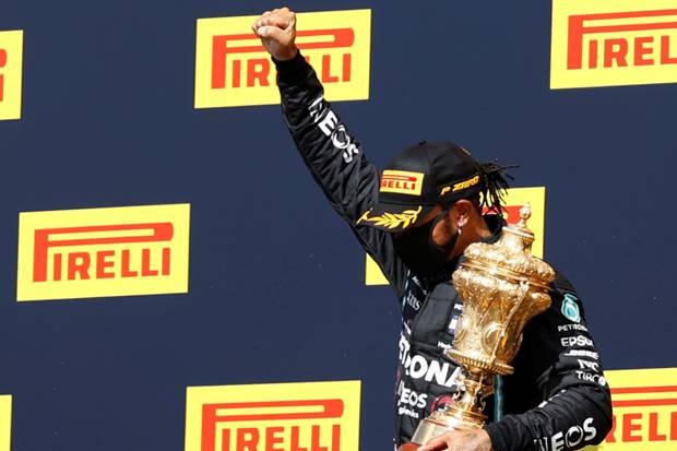 Juara dengan Ban Hancur, Lewis Hamilton : Baru Kali ini Terjadi