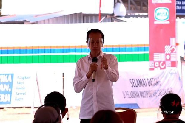Bagikan Bantuan Modal Kerja di Labuan Bajo, Jokowi: Jangan Buat Beli Hape