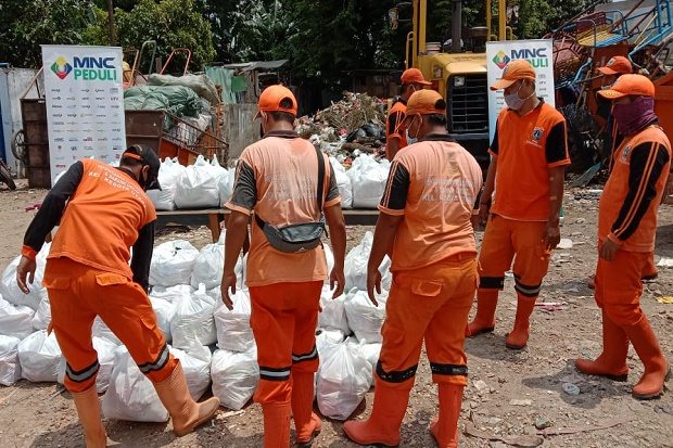 MNC Peduli Salurkan Bantuan Paket Sembako kepada Tim PPSU Kelurahan Kedoya Utara