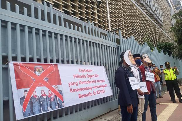 Calon Bupati Diskualifikasi, Massa Desak DKPP Bertindak