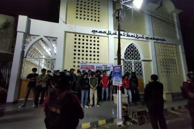 33 Pemuda di Makassar Menenggak Minuman Keras di Pelataran Masjid