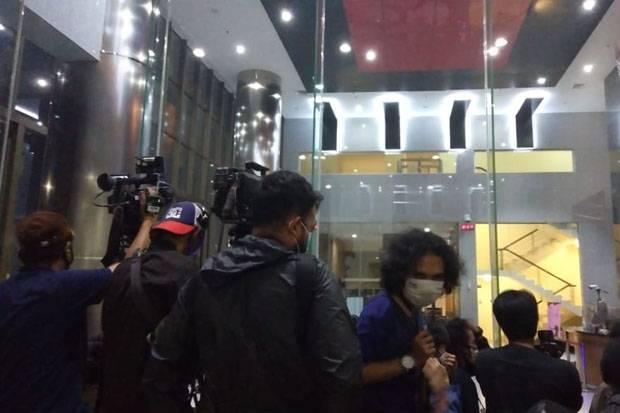 Puluhan Jurnalis Bertahan Menunggu Konferensi Pers KPK soal OTT Menteri Edhy