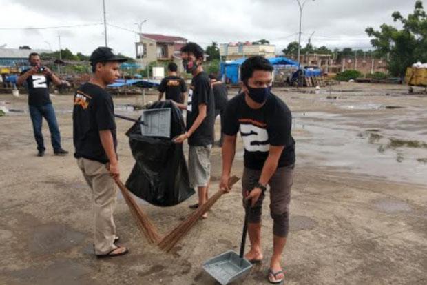 Tim Pemenangan dan Simpatisan Hati Kita Keren Lakukan Bersih-bersih Pasar