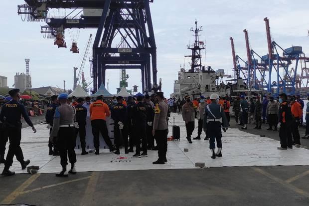 Bersandar di JICT 2, KRI Tenggiri-865 Bawa 6 Kantong Korban Sriwijaya Air