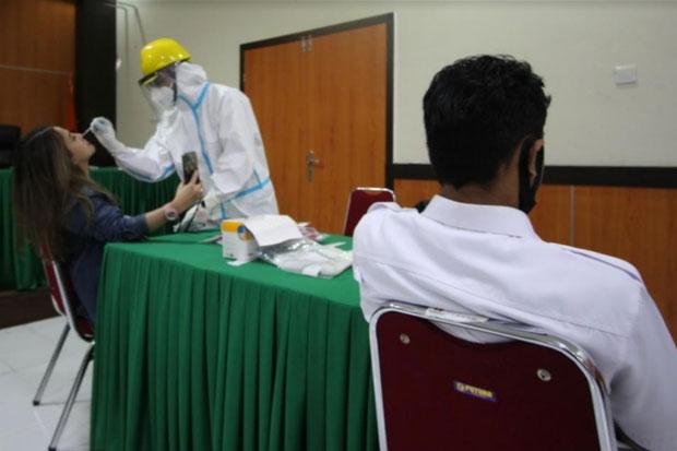Komisioner dan Staf di Bawaslu Sulsel Lakukan Swab Test