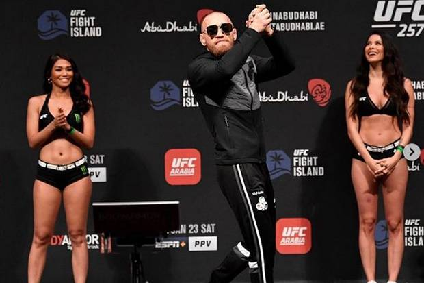 Adu Seksi di Pinggir Kolam Renang, Gadis Ring Bikin Gerah Penggemar UFC 257