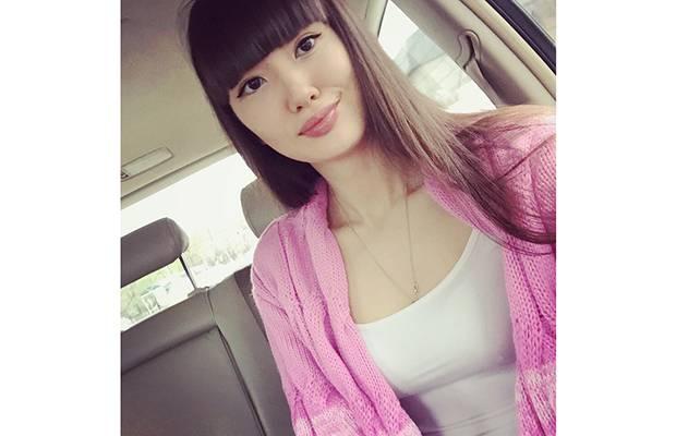 Tak Sekadar Cantik, Sabina Altynbekova Juga Penyayang Keluarga