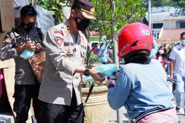 Polres Tana Toraja Bagikan 10 Ribu Masker ke Masyarakat