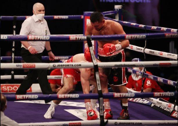 Josh Kelly Hat-trick Sial: Kalah TKO, Dibantu Oksigen, Rekor Hancur