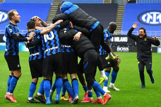 Inter di Ambang Scudetto, Conte Cium Pemain Usai Tekuk Cagliari: Ini Hadiah!