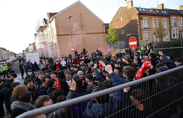 Suporter Liverpool Geruduk Stadion dan Pecahkan Kaca Bus Pemain Real Madrid