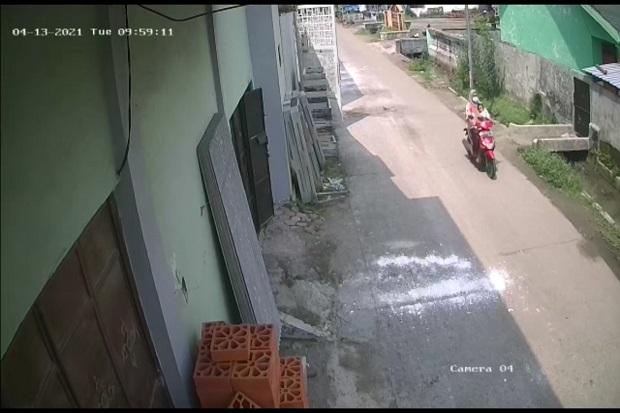 Mojokerto Gempar, Emak-emak Berhijab Gasak Motor di Rumah Kos Sambil Gendong Anak