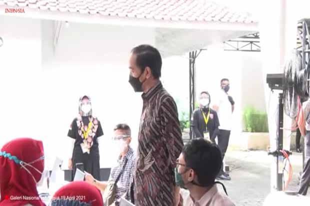 Jokowi Tinjau Vaksinasi Massal Seniman dan Budayawan di Gambir