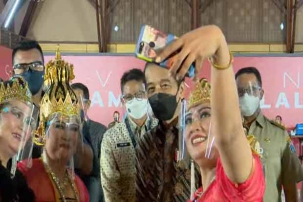 Momen Jokowi, Anies, Sandi Selfie Bareng saat Vaksinasi Seniman di Gambir