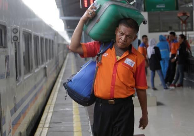 Berkah Ramadhan, Ribuan Porter Stasiun Dapat Duit hingga Sembako Gratis