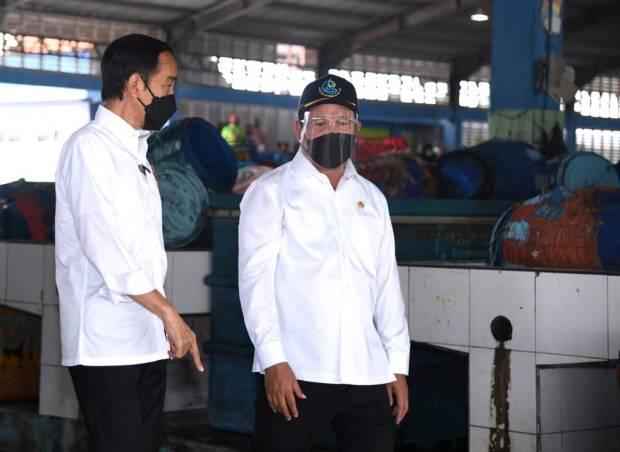 Bareng Trenggono, Jokowi Blusukan Temui Nelayan di Lamongan